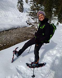 Guide der Schneeschuhwanderungen neben dem Bachfluss